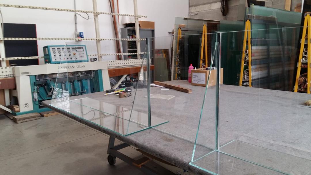 schermo protettivo anti contagio in vetro extrachiaro in lavorazione